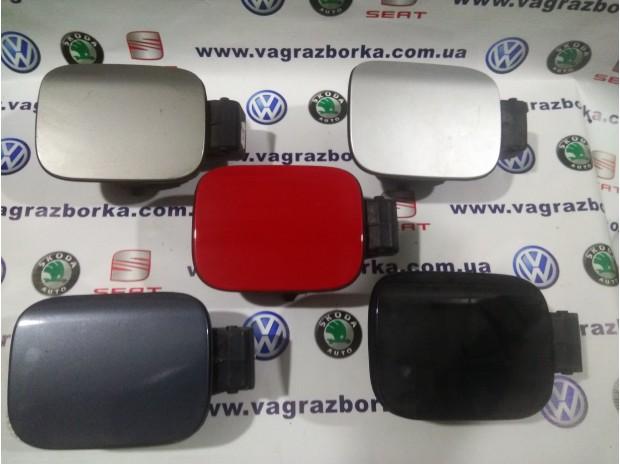 Крышка лючка заливной горловины для Skoda Octavia  (для автомобилей в кузове лифтбэк)  1Z5809857  1Z5809857A  1Z5809857B  1Z5809857C  1Z5809857D  1Z5809857E  1Z5809857F  1Z5809857G